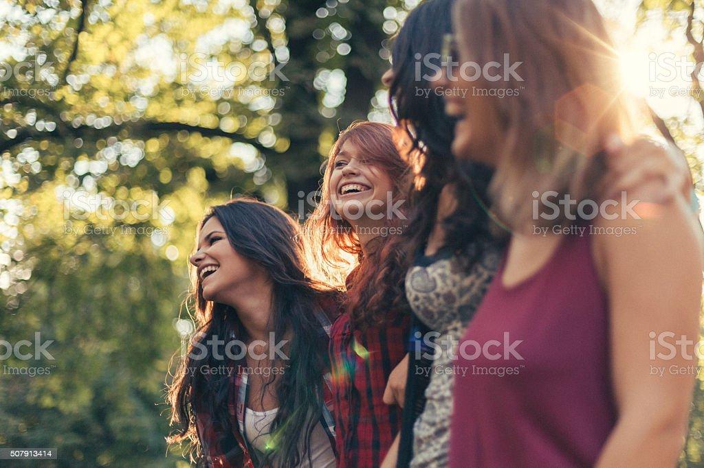 Groupe de filles dans le parc - Photo