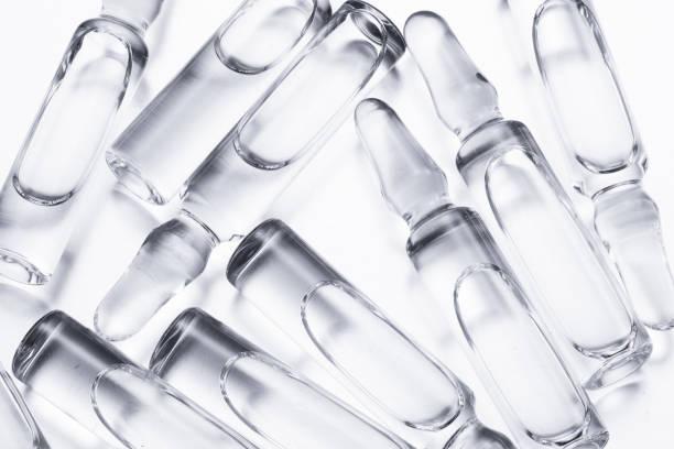 백색 배경에 백신이 있는 유리 앰플의 그룹 - 앰풀 뉴스 사진 이미지