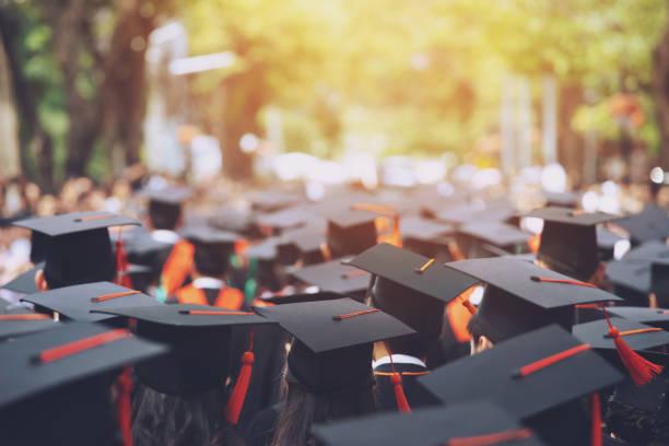 grupo de graduados durante el inicio. felicitación de educación concepto de universidad. ceremonia de graduación, felicitó a los graduados en la universidad durante el inicio. - graduación fotografías e imágenes de stock