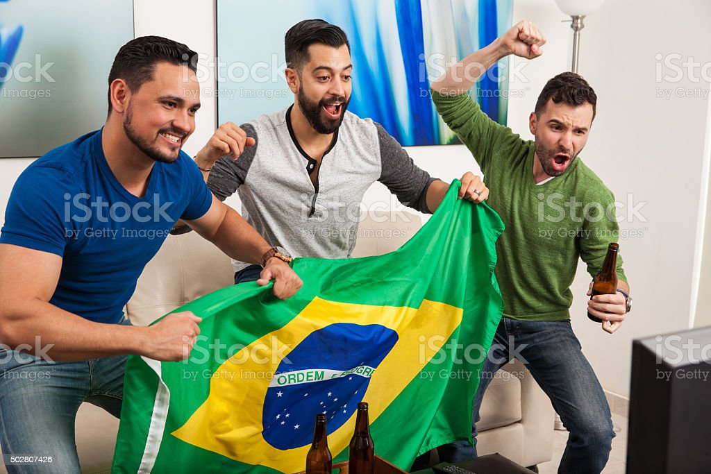 Grupo de amigos torcendo para o Brasil - foto de acervo