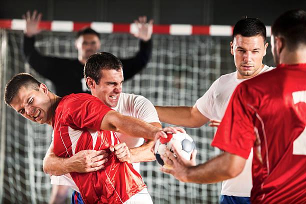 Grupo de balonmano jugadores en acción. - foto de stock
