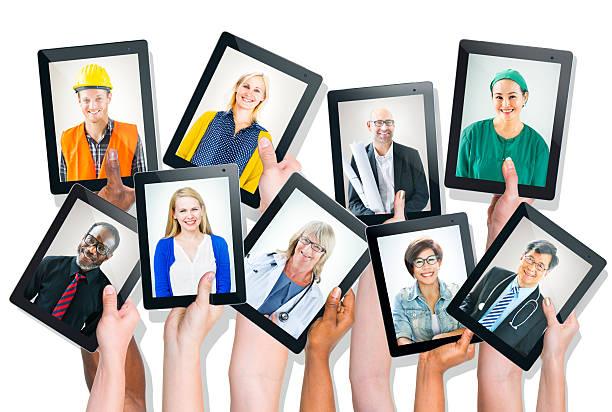 Groupe des mains tenant une tablette avec des personnes de visages - Photo