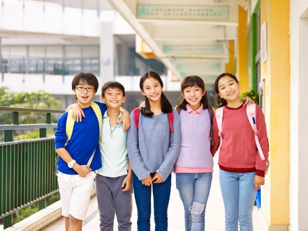 幸せなアジアの生徒のグループ - 小学校 ストックフォトと画像