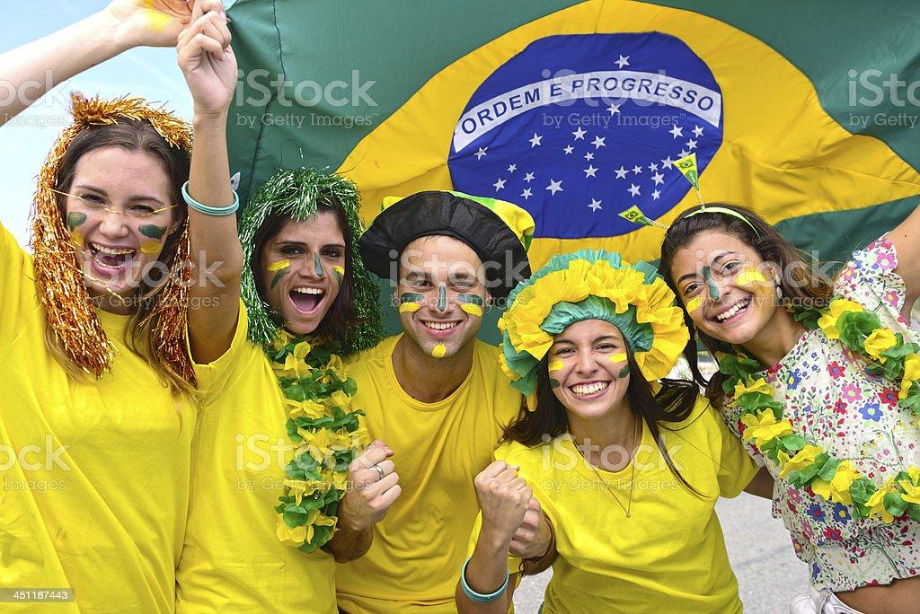 Feliz Grupo de los aficionados al fútbol de Brasil. - foto de stock