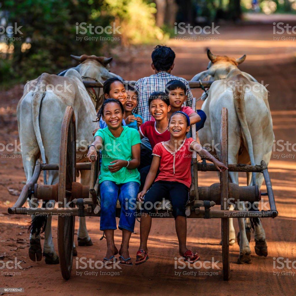 Groupe de joyeux enfants cambodgiens cheval de charrette, Cambodge - Photo