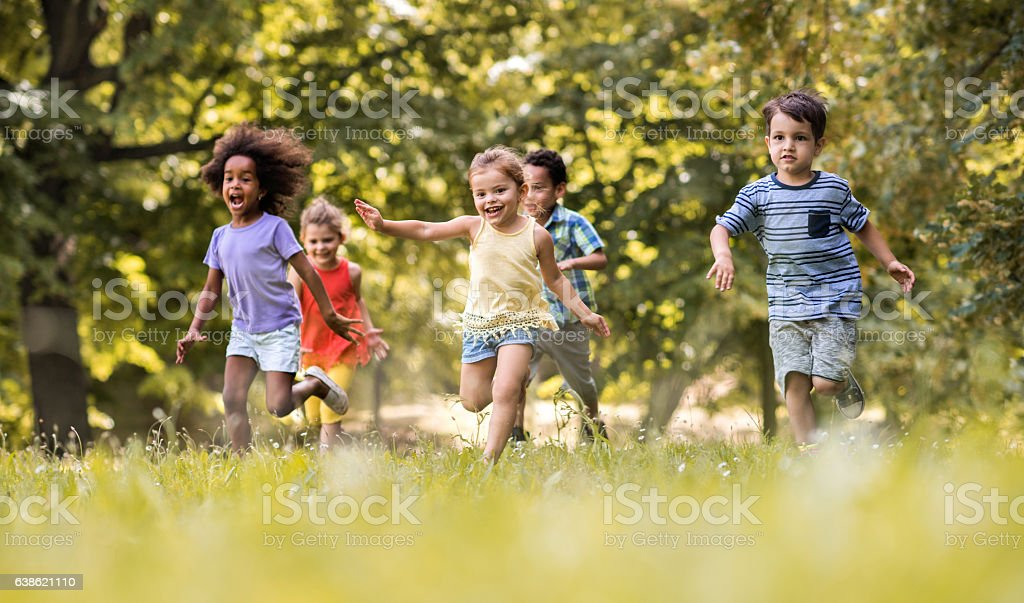 Group of happy children having fun while running in nature.​​​ foto
