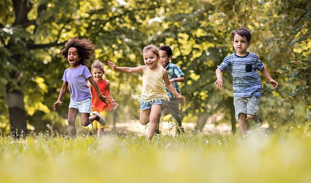 Eine Gruppe von glückliche Kinder Spaß haben beim Laufen in Natur. – Foto