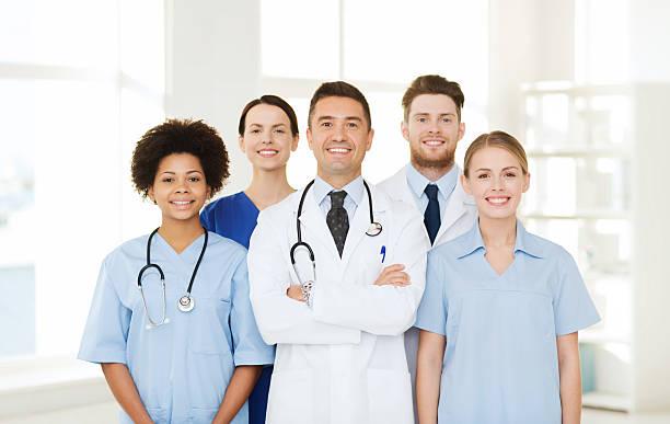 Grupo de médicos felices en hospital - foto de stock