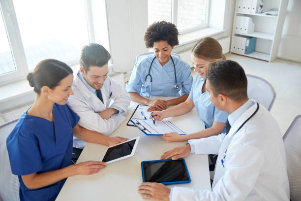 Gruppe glücklicher Ärzte treffen sich im Krankenhaus – Foto