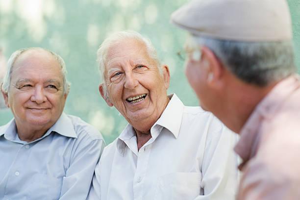Feliz grupo sonriente de hombres de edad avanzada y hablando - foto de stock