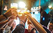 幸せな友人を飲んで、乾杯ビール醸造所レストラン - クールなビンテージ パブ - 中間のパイント ガラス - 高い iso イメージに焦点を当てるで一緒に楽しんで若い人たちと友情の概念でのグル