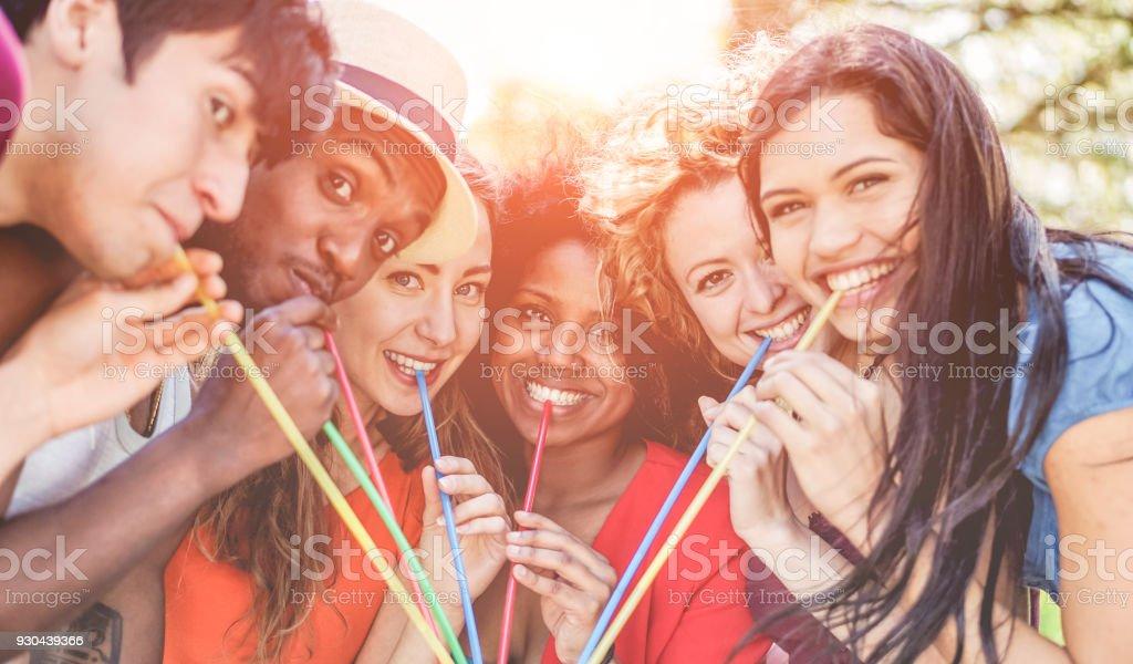 Gruppe der happy Friends Getränk outdoor am Sommerfest - junge Menschen gemeinsam Spaß haben und trinken tropischen cocktail - Fokus auf drei Mitte-Mädchen - Lifestyle und Freundschaft Jugendkonzept – Foto