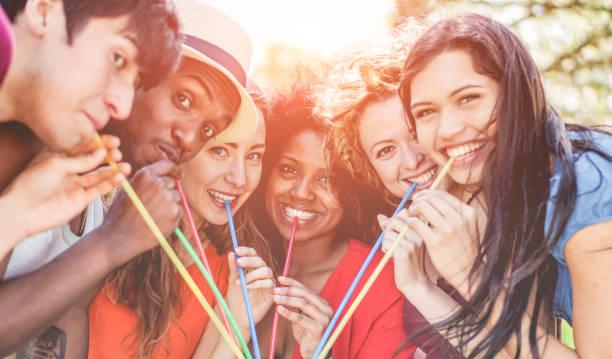 gruppe der happy friends getränk outdoor am sommerfest - junge menschen gemeinsam spaß haben und trinken tropischen cocktail - fokus auf drei mitte-mädchen - lifestyle und freundschaft jugendkonzept - italienische lebensart stock-fotos und bilder
