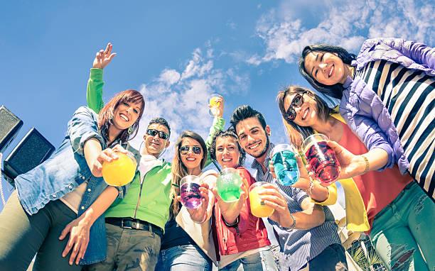 Gruppo di amici che si diverte insieme alla festa di compleanno - foto stock