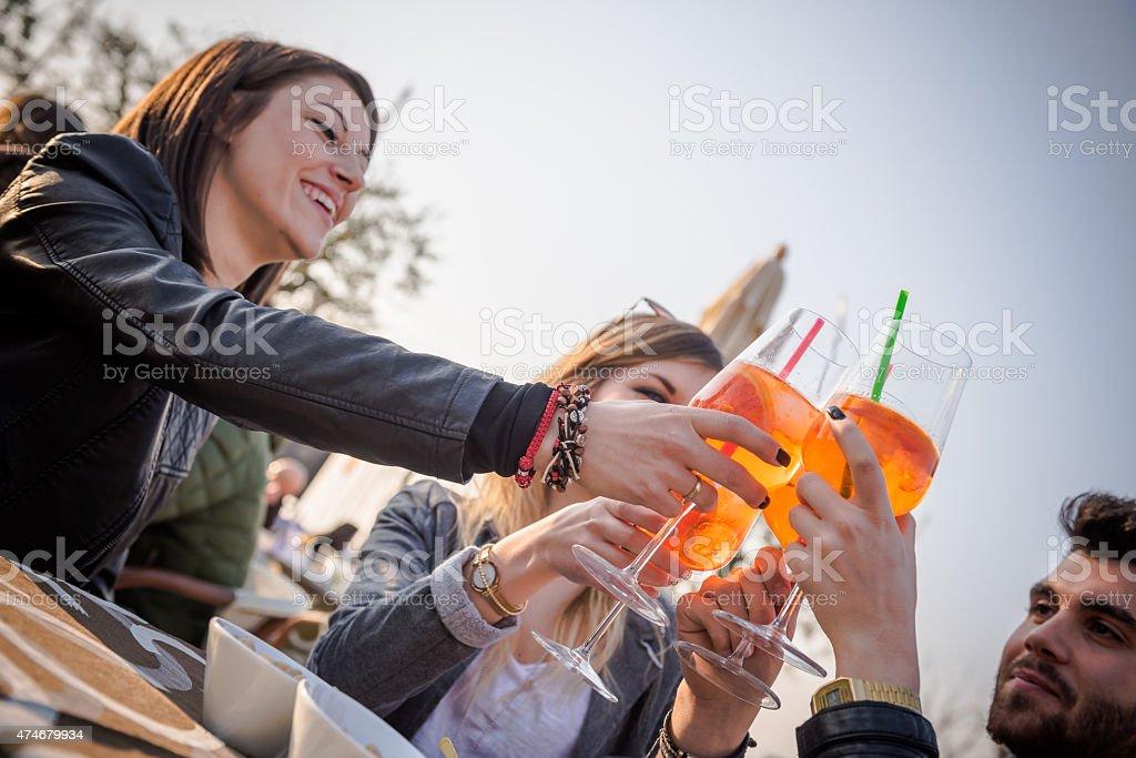 Groupe d'amis heureux prenant selfie avec un smartphone - Photo