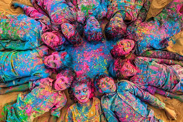 Groupe d'enfants heureux jouant indien Holî, desert village, India - Photo