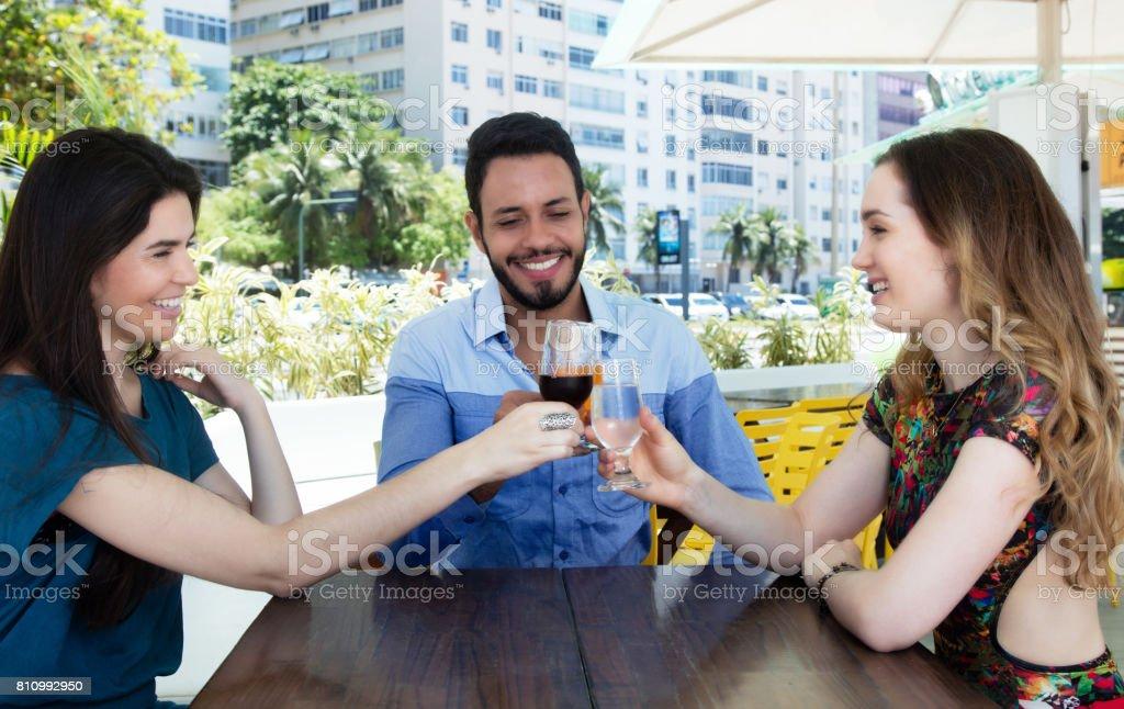 Drei Reife Ein Glücklicher Kerl