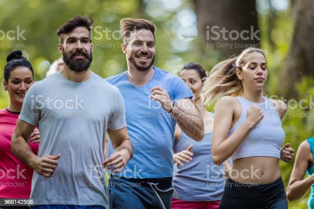 Grupp Av Glada Människor Kör Ett Maraton Lopp I Naturen-foton och fler bilder på Aktiv livsstil