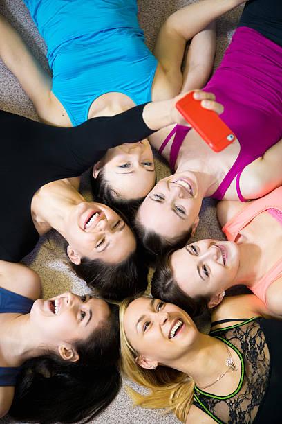 gruppe von glücklich sportliche freundinnen schülern, selbstporträt w - happy weekend bilder stock-fotos und bilder