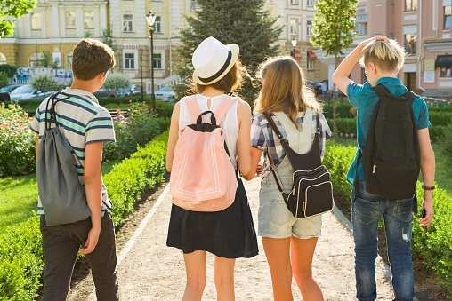 幸せな 10 代の若者の友人 1314 年の間に都市通りに沿って歩いての ...