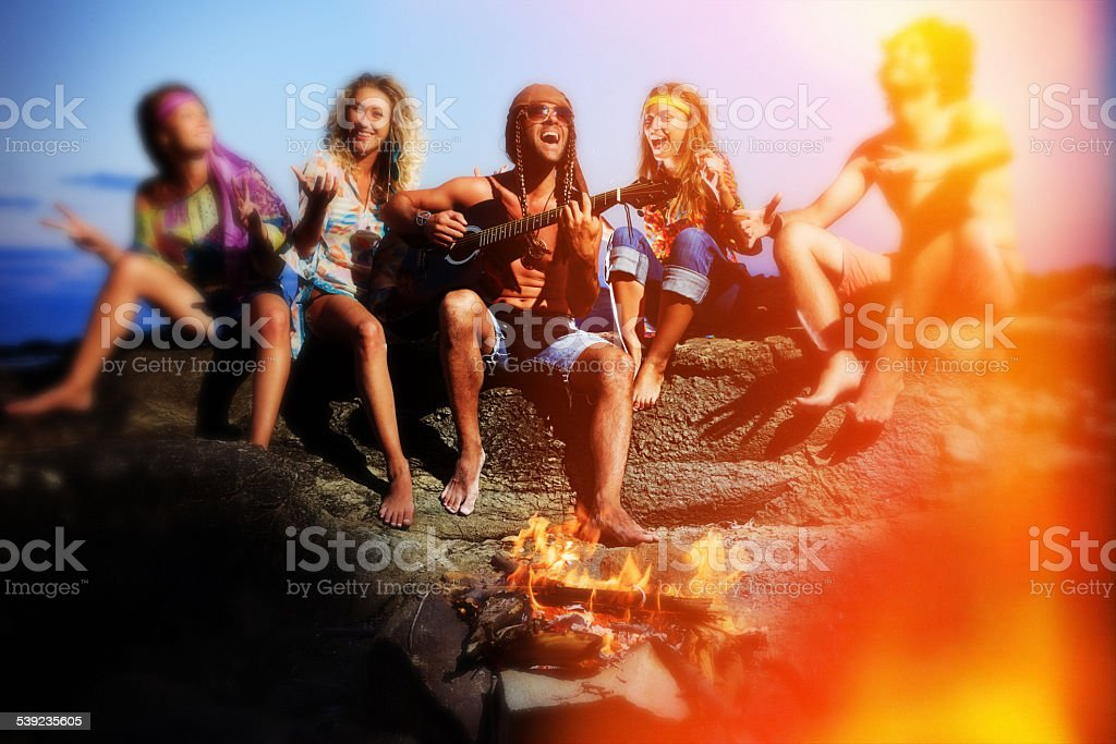 Grupo de jovens feliz na praia foto royalty-free