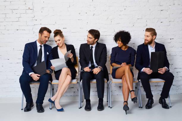 gruppe von glücklich junge menschen warten auf job-interview - bewerbung lebenslauf stock-fotos und bilder