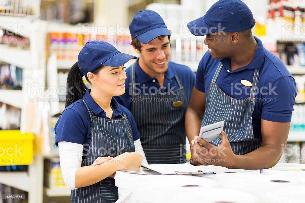Gruppe von Arbeitnehmern hardware store – Foto