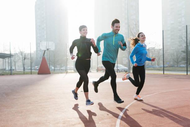 Gruppe von gesunden sportlichen bestimmt Freunde Fitness Training toge – Foto
