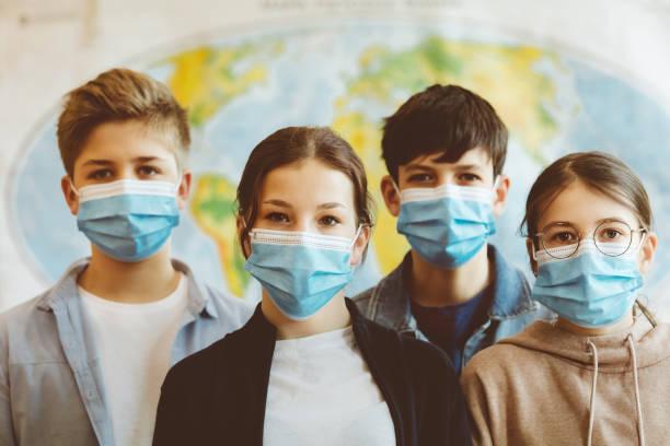 Gruppe von Gymnasiasten in der Schule, tragen N95 Gesichtsmasken. – Foto