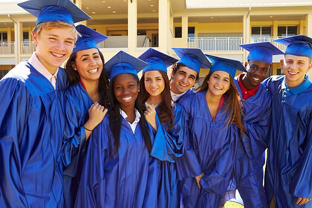 group of high school students celebración de graduación - escuela secundaria fotografías e imágenes de stock