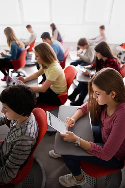 Eine Gruppe von high-school-Schüler lernen von digitalen Tabletten. – Foto
