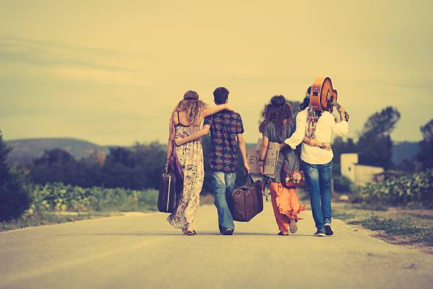 hippie-Gruppe von Freunden zu Fuß entfernt – Foto