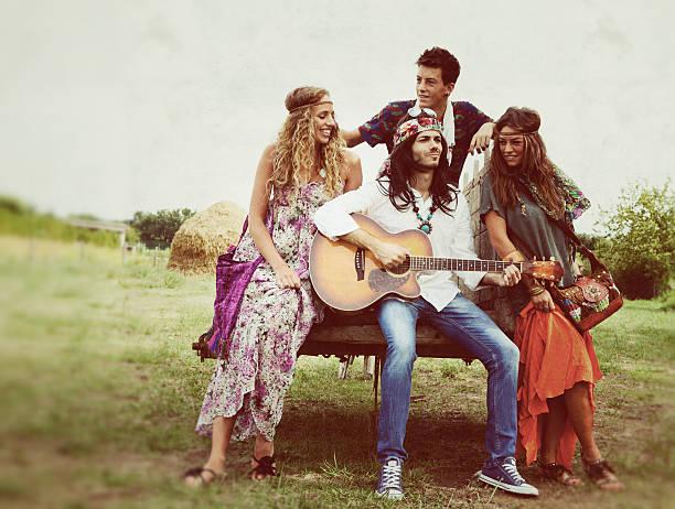 Gruppe von Hippie singen in der Landschaft – Foto