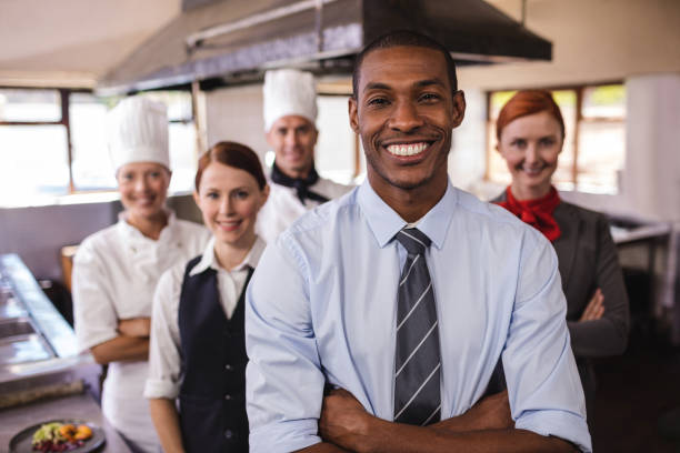 Gruppe der Mitarbeiter des Hotels stehen mit Arme gekreuzt in Küche – Foto