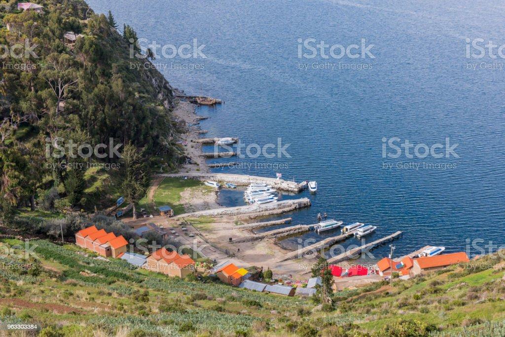Grupo De Casas Terrazas De Cultivos Y El Puerto Con Barcos