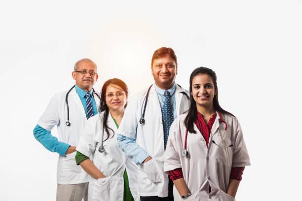 Gruppe indischer Ärzte, männlich und weiblich isoliert auf weißem Hintergrund, selektiver Fokus – Foto