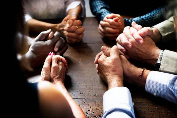 Grupo de dedos enclavijados orar juntos - foto de stock