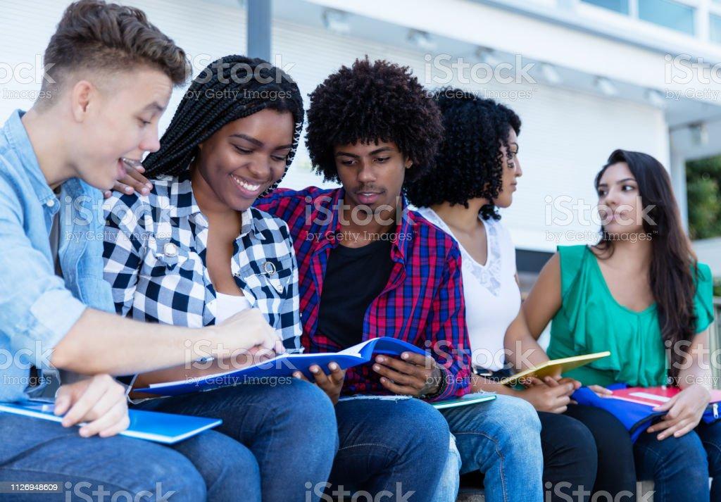 Grupo de aprendizaje al aire libre en el campus de estudiantes internacionales - foto de stock