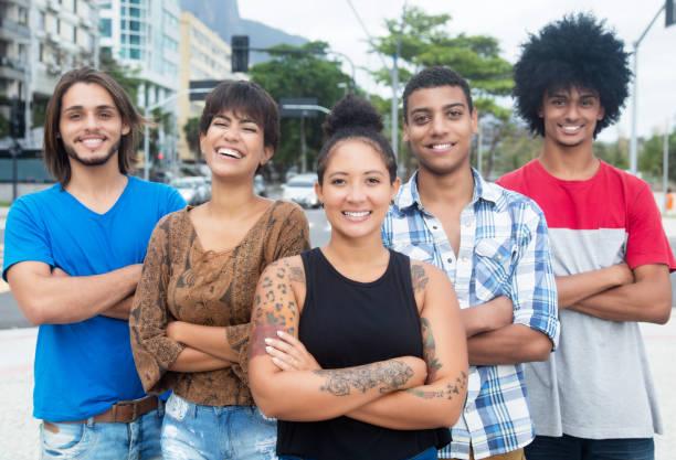 gruppe von internationalen jungen erwachsenen menschen mit verschränkten armen in der stadt - freundin tattoos stock-fotos und bilder