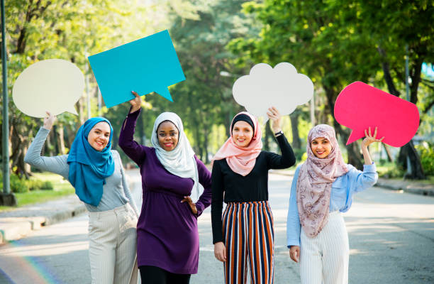 Groupe de femmes islamiques occupant des bulles - Photo