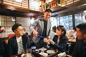 居酒屋和風居酒屋で飲む日本人グループ