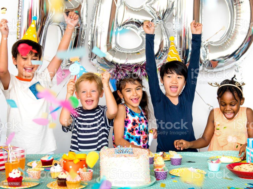 Groep van kinderen vieren samen verjaardagsfeestje foto