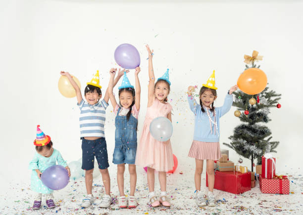 Gruppe von Kindern feiern Sie Weihnachten und frohes neues Jahr Partei zusammen. – Foto