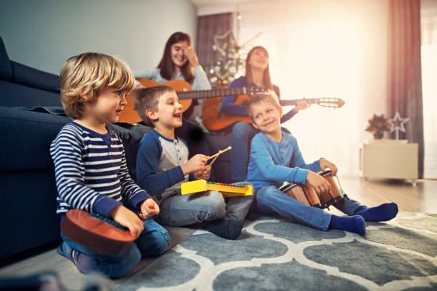 gruppe von kindern üben christmas carols - weihnachten 7 jährige stock-fotos und bilder