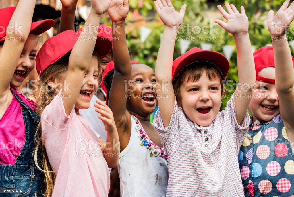 Grupo de niños escuela amigos mano levantado felicidad sonriendo aprendizaje - foto de stock