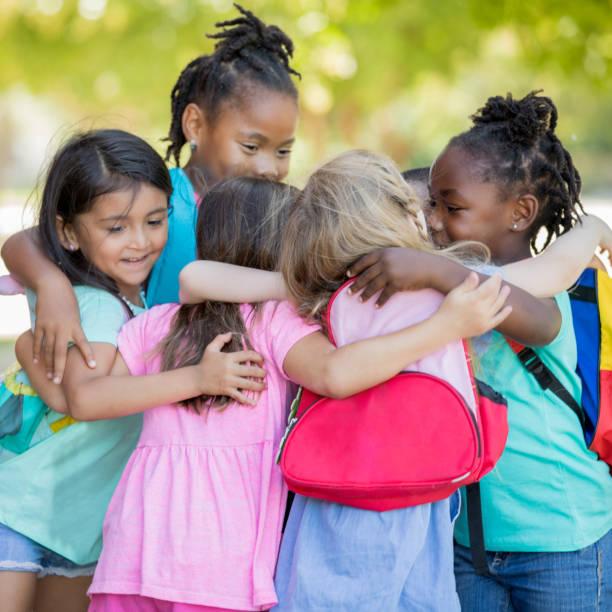gruppe von kindergartenkindern umarmt sich - kleinkind busy bags stock-fotos und bilder