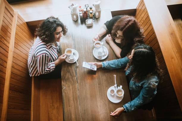Gruppe der Latina-Freunde auf Brunch – Foto