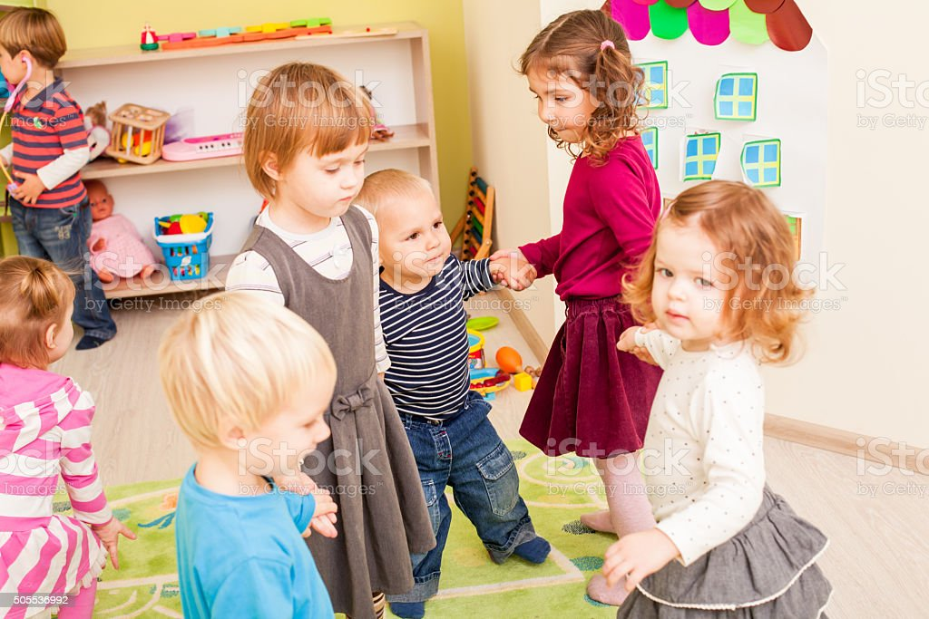 Gruppe von kleinen Kindern Tanzen – Foto