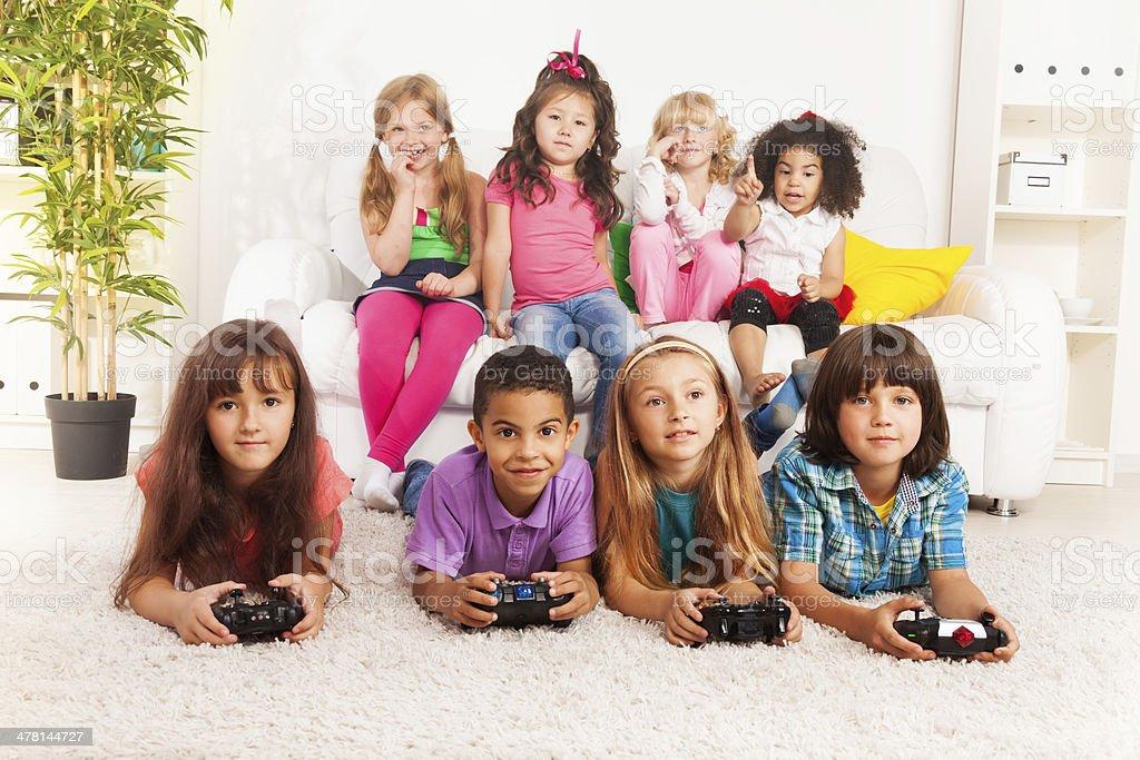 Fotografia De Grupo De Ninos Jugando Videojuegos Little Y Mas Banco