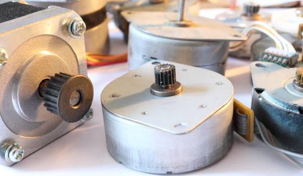 一組低功耗無刷步進電機, 軸上有齒輪, 存在於小型電子設備中, 如印表機、電纜、白色 - 電子摩打 個照片及圖片檔